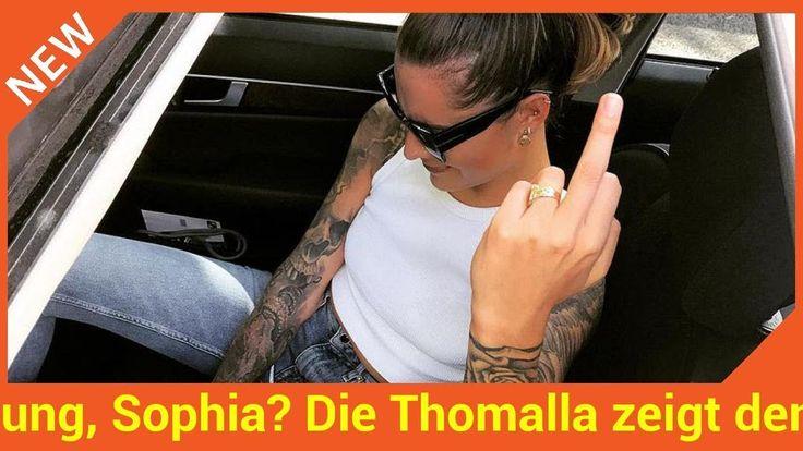 Huch was will sie uns nur mit dieser Geste sagen? Sophia Thomalla (27) macht gerne mit gewagten Auftritten und sexy Posen auf Fotos von sich reden. Auch ihre aktuelle Stimmung teilt die Moderatorin mit ihren Fans auf Social Media. Doch jetzt schockt die Tochter von Simone Thomalla (52) ihre Follower mit einer obszönen Geste: Ganz frech streckt sie den Stinkefinger in die Kamera! Hat die 27-Jährige etwa schlechte Laune?   Source: http://ift.tt/2vEUpDd  Subscribe: http://ift.tt/2xIX5Bg…