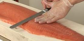 Trancher du saumon fumé