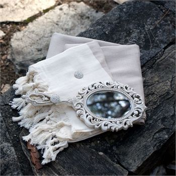 Sütlü Kahve Peştemal Seramik Ayna Hediyeli                                  - Ebat: peştemal: 95x180 cm - Ayna: 13x1,8x28 cm İçerik: %100 Pamuk - Seramik Renk: Krem - Sütlü Kahve  Paket İçeriği: 1 adet peştemal - 1 adet eskitme el aynası Özellik: Peştemal el dokuması olup eskitme oyma seramik ayna beyaz zirkon taş ile süslenmiştir.