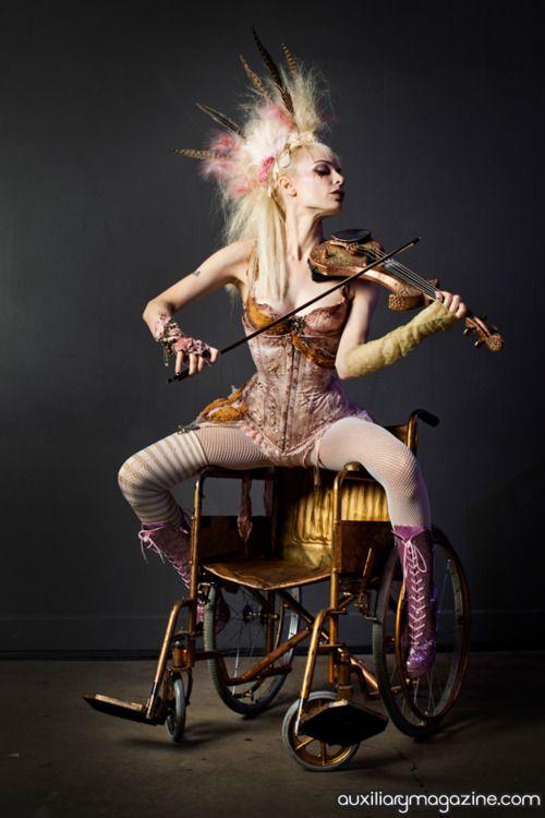 .. auf stuhl etc., statt geige palette oder so.. künstler spirit zeigen