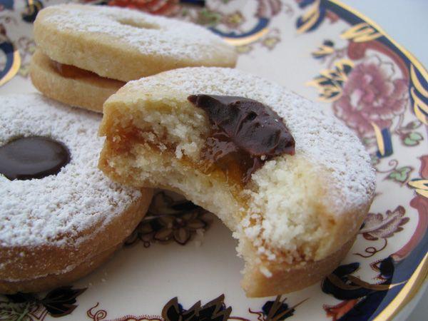 ciambelline di sablèe con confettura di albicocche e ganache al cioccolato