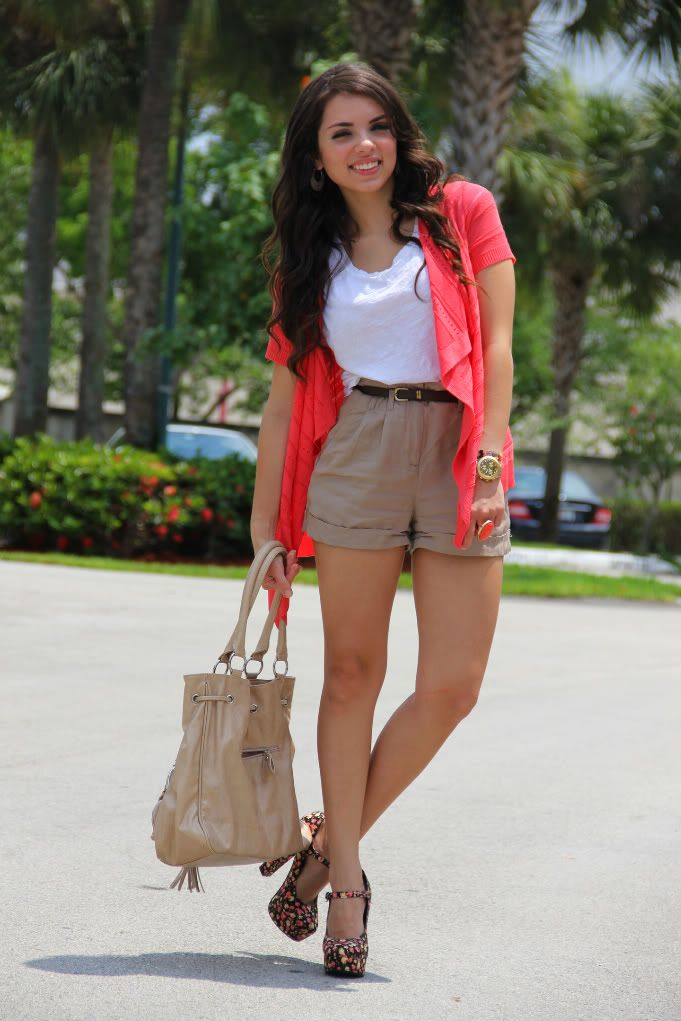 Shoes/Zapatos: Forever 21  Shorts: Forever 21  Watch/Reloj: Swatch.  Cardigan: Forever 21  Top: Express  Bag/Cartera: c/o Mimi Boutique  Earrings/Aretes: c/o Mimi Boutique.