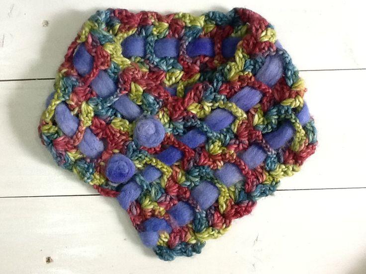 Cuello tejido a crochet con detalle en fieltro