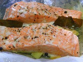 INGREDIENTES: 4 Lomos de salmón 2 dientes de ajo Eneldo,laurel, aceite, sal y pimienta al gusto 600 ml. de agua  ELABORACIÓN: Colocar papel...