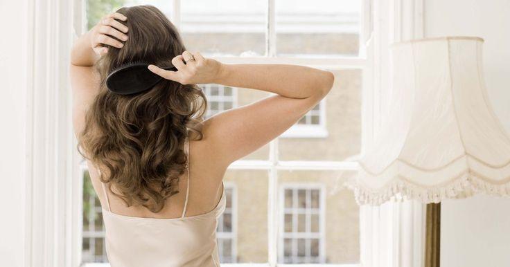 """¿Debes usar un color marrón ceniza para evitar los tonos rojos?. Los tonos de color ceniza están basados en un color violeta o azul y el producto para la coloración está generalmente etiquetado como """"V"""" o """"B"""". Los tonos ceniza depositan el color azul o violeta para neutralizar los tonos naranja o rojos cuando los aplicas sobre el cabello con una tonalidad naranja o roja."""