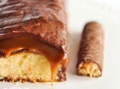 Receita de Bolo Twix - bolo inglês de 20cm x 10cm com papel manteiga (se você só tiver uma, terá que fazer o bolo e depois reutilizar para o caramelo). Aqueça o forno...