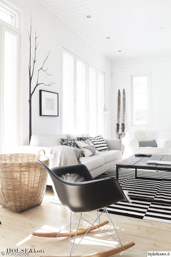 """""""sikeh"""":in keinutuolissa olisi mukava keinuskella ja nauttia kirjasta tai hyvästä seurasta.  #styleroom #inspiroivakoti #olohuone #mustavalkoinen #minimalistinen #moderni"""