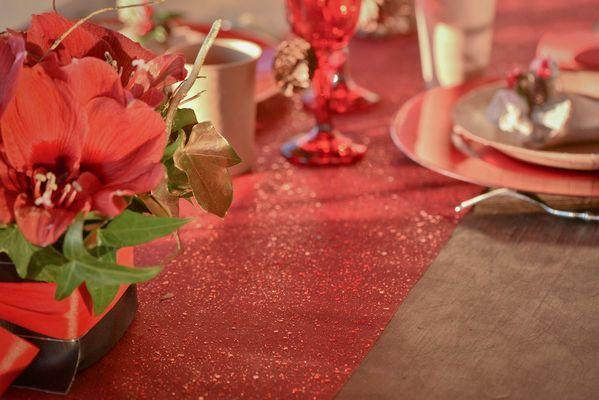 Sugerencias para decorar tu mesa de navidad. Un camino de mesa bonito y unas flores rojas, y lo tienes listo.  En nuestra tienda tienes caminos rojos, dorados y plateados con brillantina, confetti de mesa y muchos complementos más para tu cena de navidad o fin de año.  https://www.articulos-fiestas-infantiles.es/503-decoracion-de-navidad #navidad #decoracionnavidad #ideasnavidad #bolsasnavidad #reposterianavidad