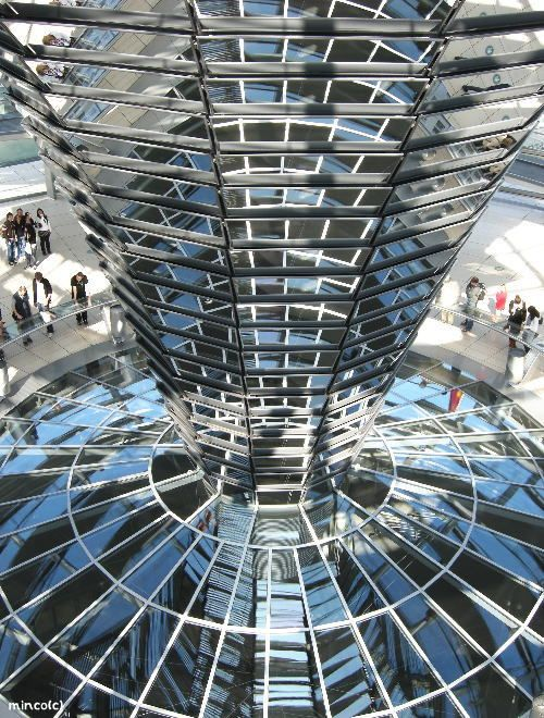 国会議事堂。設計はイギリスの建築家ノーマン・フォスター。ベルリン 旅行・観光のおすすめスポット。