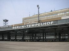https://de.wikipedia.org/wiki/Flughafen_Berlin-Tempelhof#/media/File:Bundesarchiv_Bild_102-09525,_Zentralflughafen_Berlin-Tempelhof,_Lufthansa-Wartebereich.jpg