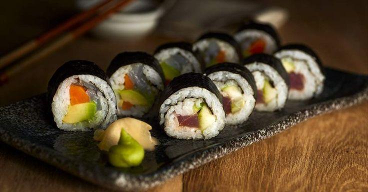 Aprende a preparar paso a paso esta irresistible receta de rollitos de maki sushi. ¡Lleva el sabor de Japón a tu mesa!  Descubre más en Nestlé Cocina.