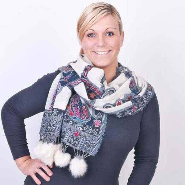 Lekkere warme sjaal met witte details voor een winters effect: leuk voor een lekkere wandeling op kerstochtend