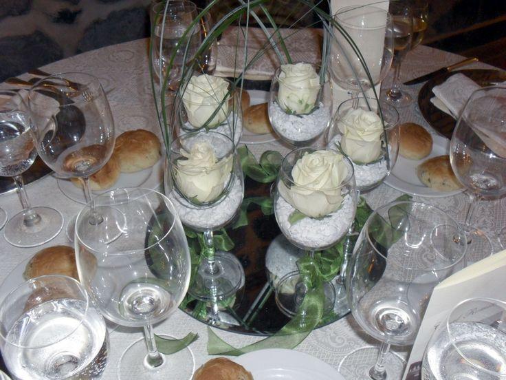 Centrotavola con rose nei bicchieri - Idea perfetta per qualsiasi festa! #catering #nozze #ideebuffet