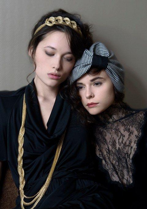 Ce turban est réalisé en coton noir et blanc. Portez le avec aisance : Cette pièce saura compéter une tenue sophistiquée ou bien accessoiriser un look sobre et décontracté.