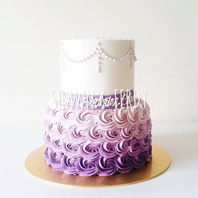 #mulpix Putting some Sofia The First element to this 2 tier buttercream rosette…