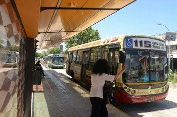 Metrobus sur Av Fernando de la Cruz . Puente la noria ( Lomas de Zamora )-Constitución . Ciudad de Buenos Aires , Republica Argentina