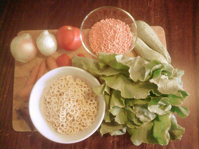 Soupe du moine    Ingrédients:  4 carottes  2 courgettes  2 oignons  3 tomates  1 laitue  lentilles rouges décortiquées  pâtes courtes  1 morceau d'algue wakame  1 cc de miso  sel, poivre et huile vierge extra