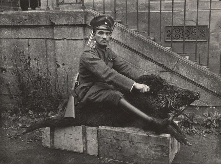 Niemiecki oficer siedzący na martwym dziku, Wschodni Front 1918 rok