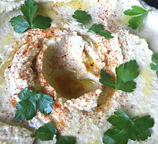 ¿Como hacer hummus? Hoy preparamos una receta sencilla y muy recurrida para preparar como aperitivo. Hummus es una crema de garbanzos muy típica en todo Oriente Medio, una receta sencilla, deliciosa y sana para hacer en casa y cambiar un poco nuestros menús. Este plato se puede presentar con galletas saladas, zanahorias en tiras o pimiento rojo en tiros, a vuestro gusto. #recetasgalaicus #hummus #recetasana #garbanzos #aperitvio