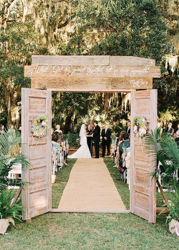 Picking your wedding's color palette is one of the biggest decisions in the planning process. From the flowers to your bridesmaid dresses to the linens, everything relies on the choice of color. If you're someone who simply loves a single color, utilizing an ombré effect could be the coolest way to