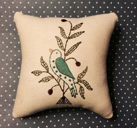 Almohada Mini Stitchery primitivo azul pájaro por thetalkingcrow