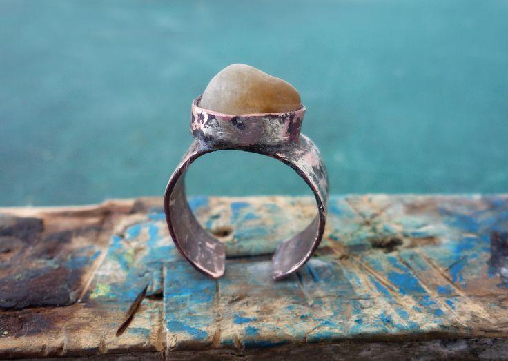 Σφυρήλατος χαλκός και ημιδιαφανἠ πέτρωμα από την θάλασσα ακατέργαστο
