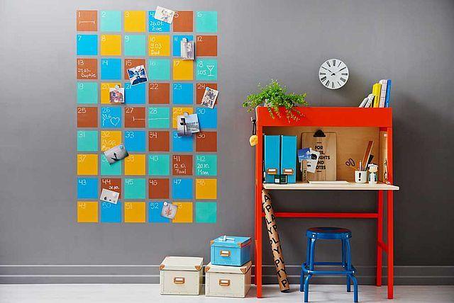 Dieser bunte Wandkalender mit 52 Wochenkästchen im Schachbrettmuster bringt frische Farbe ins Zimmer und mehr Struktur in den Alltag. Dank Eisenfarbe als Grundierung lassen sich alltägliche Gegenstände wie Notizzettel, Fotos, Einladungen oder Postkarten magnetisch anpinnen. Wir zeigen Dir wie´s geht!
