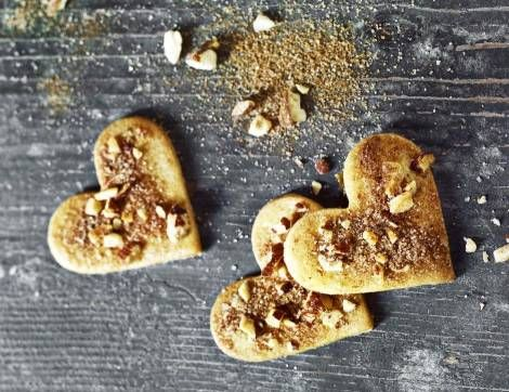 Klassisk. Jødekagerne dekoreres helt klassisk med kanelsukker, Blomsterberg giver dem også et drys hakkede mandler. Foto: Lars Ranek