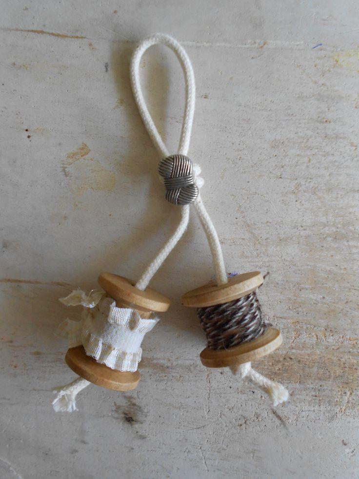 (Sleutel)hanger met garenklosjes....voor 3,50 bij   www.saartjeenbetteco.nl/a-29507451/houten-klosjes-antiek-look/hanger-klosjes/