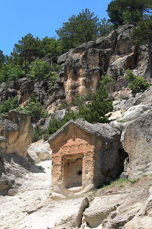 """Bahşeyiş anıtı/Seyitgazi/Eskişehir/// Frig Kaya anıtlarının genel özelliklerini yansıtan anıt, Gökbahçe  köyünün  1  km  güneybatısındadır. Yöre halkı tarafından """"Bahşiş  Çeşmesi"""" olarak bilinir.  Kayadan yontulmuş beşik çatısı ve düzleştirilmiş yan duvarları ile   karşıdan   bir   nöbetçi kulübesine benzer. Anıtın üç boyutlu  görünüşünü  daha  da kuvvetlendiren derin niş ,bir yapı girişini simgeler. Çatının üstünden tabana kadar inen bir kuyu vardır."""