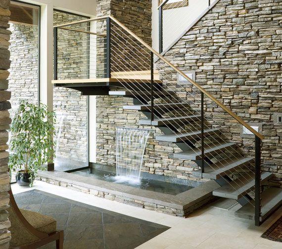 Fuente debajo de la escalera jard n interior - Ideas para escaleras de interior ...