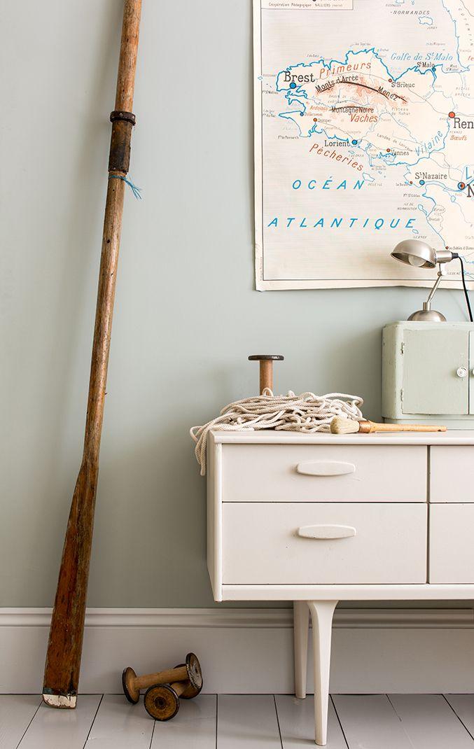Prachte zachte grijsgroene tint op de muur, in combinatie met fris wit en stoere zeemans accessoires.
