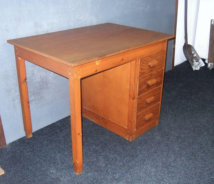 Vintage retro grenen bureau vijftiger jaren. Heel net retro bureau met 4 laden en een vlak blad. Gelakt grenen kleur alles in originele staat. Breed 100 cm. Diep 71 cm. Hoog 80 cm. Goemans meubelen Maashees