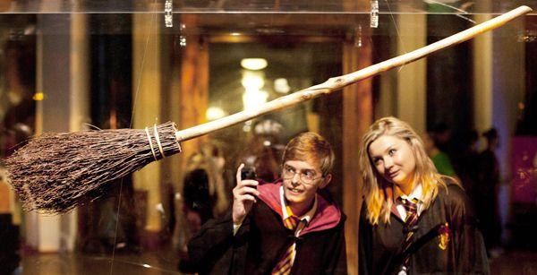 ロンドン市内の博物館で、人気ファンタジー映画の最新作「ハリー・ポッターと死の秘宝 PART2」で使われたほうきを眺める男女。博物館には歴代のシリーズで使われた小道具やコスチュームが展示されている。最新作がロンドンで初公開されるのを前に、映画の登場人物に扮(ふん)したファンが押し掛けている(2011年07月02日) 【AFP=時事】  ▼2Jul2011時事通信|ハリーのほうき プレミアム写真館 2011年07月 http://www.jiji.com/jc/pp?d=pp_2011&p=201107-photo296 #Harry_Potter