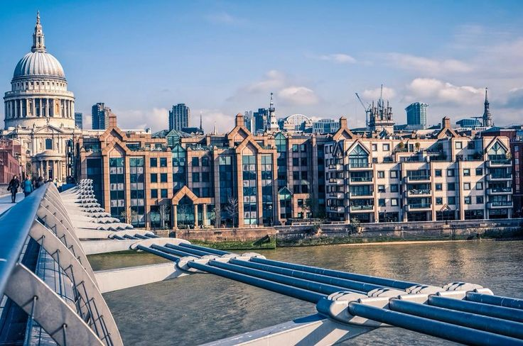 """#PróximaParagem Londres  A """"Millennium Bridge"""" e """"St Paul Cathedral"""" são algumas de muitas atrações turísticas que poderá visitar em #Londres.  #azoresairlines"""