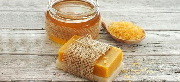 Δεν υπάρχει πιο ευεργετικό προϊόν για το πρόσωπο από ένα σπιτικό σαπούνι που θα φτιάξετε μόνη σας με αγνά υλικά.