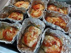 Ha valami nagyon finommal szeretnéd meglepni a családod, próbáld ki ezt a káprázatos receptet. Ínycsiklandó és laktató étel, szeretjük az ilyen finomságokat. Tetszés szerint más zöldségeket is tehetsz bele. Hozzávalók: 1 kg darált hús (csirke, vagy sertés) 5 nagyobb burgonya 3 paradicsom 1 paprika 1 hagyma 300 g sajt majonéz[...]