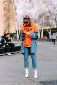 Zanita Whittington & Rebecca Laurey  ブルーデニム×ショートブーツで揃えた、ブロガーのザニータ(写真1の左、写真2)とレベッカ(写真1の右、写真3)。ザニータは、鮮やかな赤のジャケットで刺繍の入ったデニムにパンチを加えた。レベッカは、ポップなオレンジのフーディをチョイス。パンツと同トーンのデニムシャツをレイヤードしているのが今年らしい。