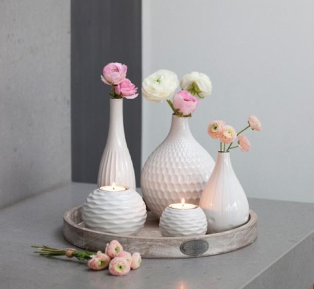 witte vazen met ranonkels