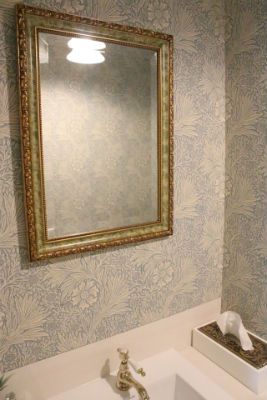 ウィリアム・モリスの壁紙を貼ったトイレです。壁紙に合わせて照明、手洗い、鏡、ペーパーホルダーなどをヨーロピアンクラシック調に統一しています。といれたす店舗のお客様用トイレなので、実際にご利用できます。
