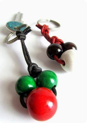 Idee regali fai da te: portachiavi con cuoio e perle di legno