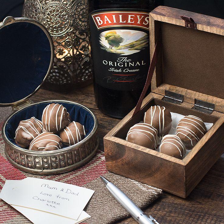 Behandel iemand die je lief te hebben met zelfgemaakte Baileys truffels.  Er zijn twee versies van dit recept, mijn originele chocolade bedekt truffels en een snelle en eenvoudige versie.  Beide versies smaken absoluut heerlijk en zijn het perfecte cadeau voor iemand speciaal.