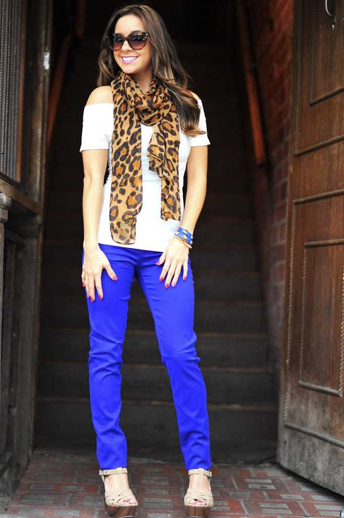 softest white top and bright blue pants and a cheetah print scarf. perfect!!!!!!!!!