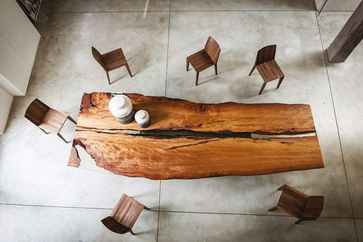 Top in legno millenario della Nuova Zelanda per questo tavolo proposto con una base dalle linee essenziali e squadrate.