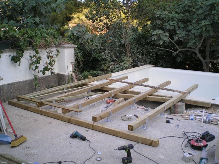 Instalación de tarima de madera en piscina de la terraza de una vivienda particular, obra de parte de PARK HOUSE STUDIO.