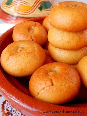 Coucou les z'amis ! Comment allez vous?? Aujourd'hui petite éscale en Turquie avec ses délicieux Sekerpare petites pâtisseries aux amandes arrosées d'un sirop de sucre qui les rendent moelleux à souhait ! Ingrédients; .250 gr de farine .1 oeuf .75 gr...
