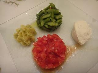 mousse di sogliola con tartare di pomodorini, polentina di patate all' aneto e asparagi croccanti