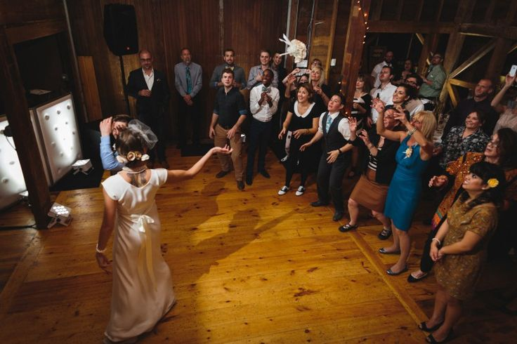 I am crushing hard on Susan and Jana's take on a bouquet toss. They gathered aaaalll the single hotties to the floor, not just the ladies!  And, as if a coed bouquet toss wasn't cool …