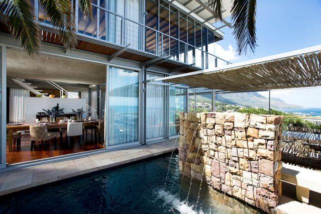41 Strathmore -  Une maison d'architecte de 5 chambres située à Camps Bay, avec piscine et vue à 360 degrés sur l'Océan Atlantique et Table Mountain.