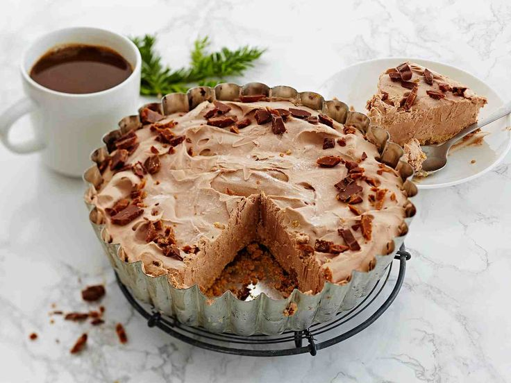 Helppotekoisin juustokakku valmistuu pakastamalla. Helpon suklaarouhekoristelun sijaan, voit lisätä kakun pinnalle hedelmiä tai marjoja.